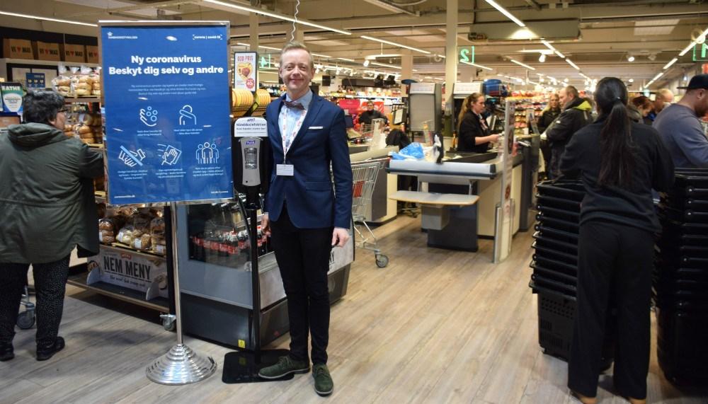 Købmand Peter Egebæk opfordrer til at vise samfundssind, og understreger, at der ikke er fødevaremangel. Foto: Gitte Korsgaard.