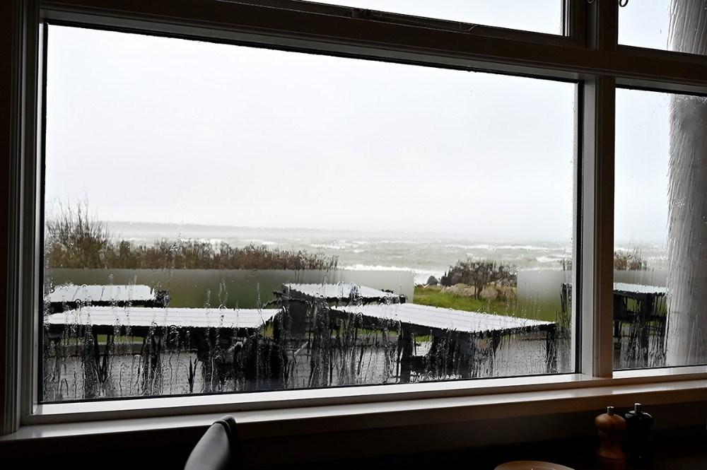 Fra Restaurant Gisseløre kunne det voldsomme vejr opleves inde i varmen. Foto: Jens Nielsen