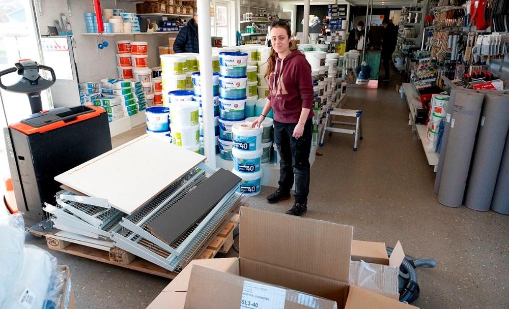Mikala Gatzwiller, der er elev hos ProPainting, er i gang med at rykke inventar ud så der bliver plads til en ny afdeling med inspiration til privatkunden. Foto: Jens Nielsen