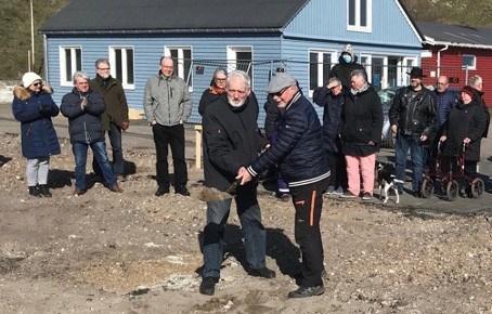 Det første spadestik til SejerØhuset blev taget af formand for Sejerø Beboerforening Henry Larsen og projektleder Jens Thomassen. Privatfoto