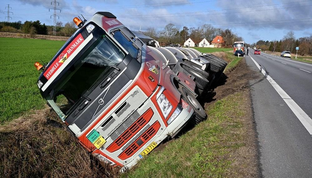 En af de store lastbiler fra Johs. Rasmussen i Svebølle blev mandag morgen presset i grøftenb af to patruljevogne med udrykning. Foto: Jens Nielsen