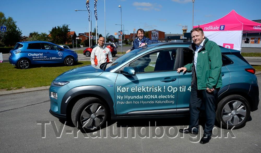 De tre lokale folketingskandidater, Jonas Ghiyati (SF), Jesper Wienmann Hansen (K) og Jeppe Sørensen (B) havde lørdag formiddag fokus på elbiler og grøn omstilling. Foto: Jens Nielsen