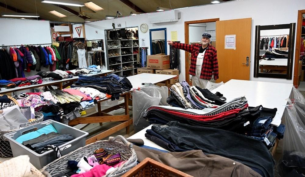 Henrik Harslund i området med tøj. Foto: Jens Nielsen