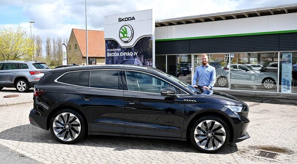 Bilsælger Mathias Jakobsen hos Hansen Biler er klar til at vise den nye Skoda ENYAQ iV frem for kunderne. Foto: Jens Nielsen