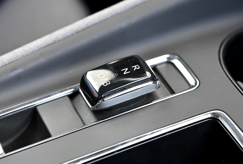 Gearstangen i den nye Skoda el-bil fylder ikke meget. Foto: Jens Nielsen