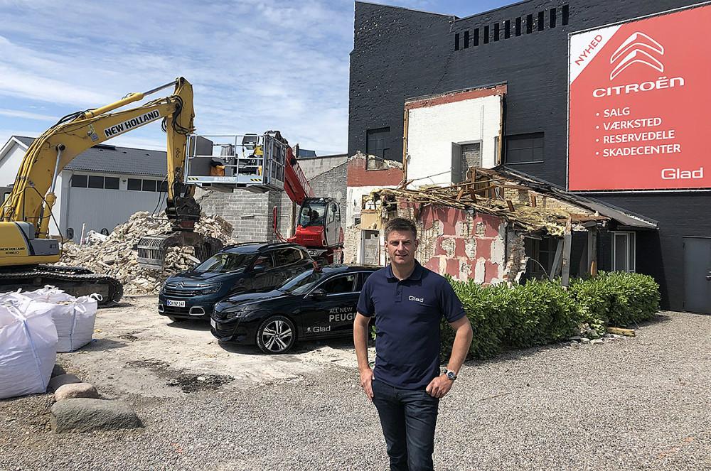 Ejer, Jacob Glad, påpladsen, hvor nedrivningen er i gang, og hvor de nye faciliteter skal opføres – i baggrunden den nye Citroën C5 Aircross og den nye Peugeot 508.