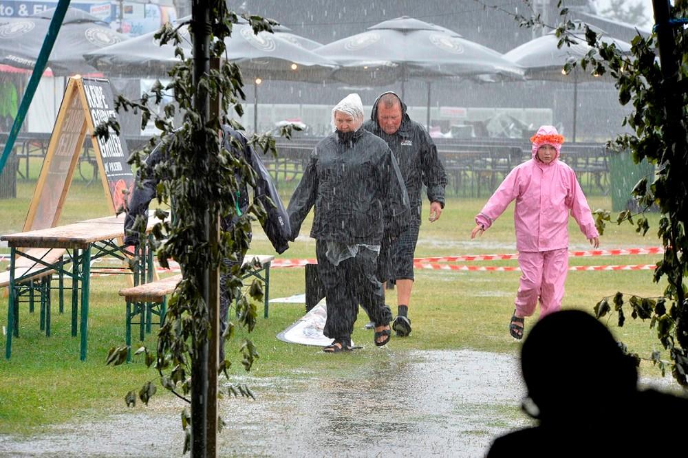 Publikum var forberedt på dårligt vejr og havde regntøj med. Foto: Jens Nielsen
