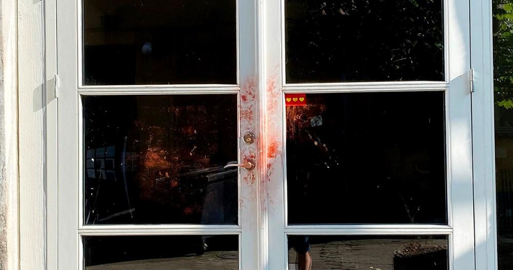 Der er rødt pulver på døren i baggården efter, at politiet har taget fingeraftryk. Foto: Jens Nielsen