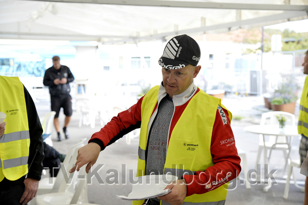 Formand for Kalundborg Cykle Club deler ud af opgaverne til medlemmerne. Foto: Jens Nielsen