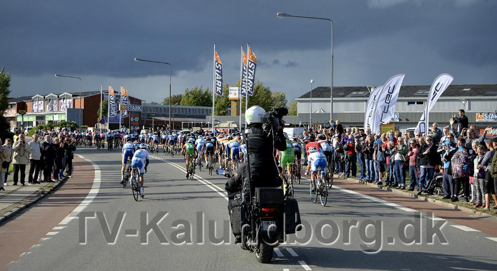 Det store felt af cykelryttere i rundkørslen ved Nørre Alle-Holbækvej. Foto: Jens Nielsen
