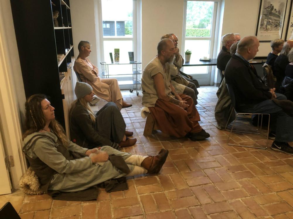 Nogle af tilhørerne var iklædt vikingedragter.  Foto: Claus Sørensen