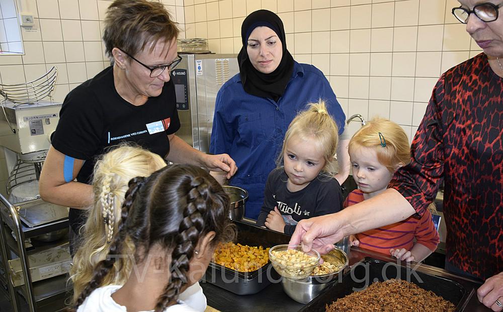 Børnene fra børnehaven Eventyrhuset var i dag i køkkenet for at lave mad i anledning af'Sammen Om Maden – Maddag 2019'.Foto: Gitte Korsgaard.