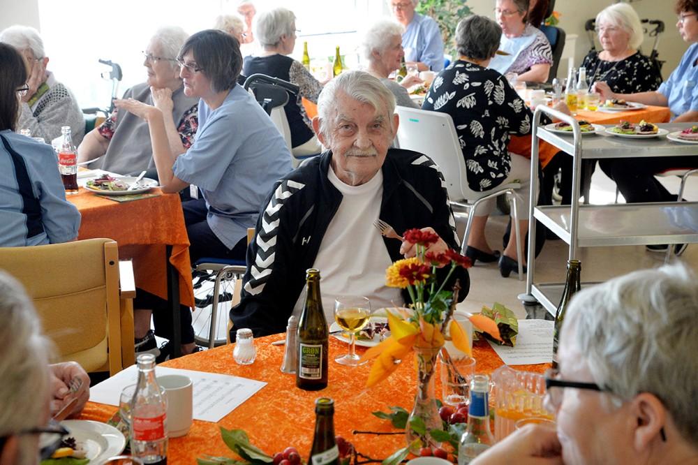 Beboere og personale var samlet til høstfest på Enggården i Ubby, torsdag eftermiddag. Foto: Jens Nielsen