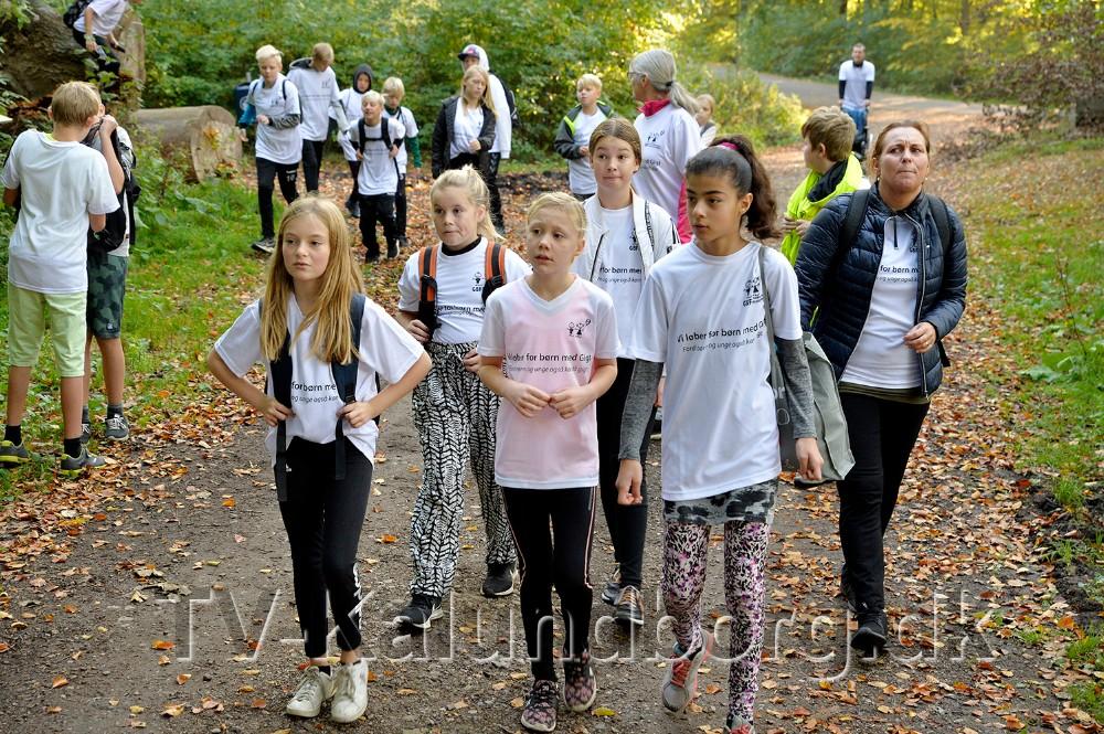 Kammeraterne fra 5. klasserne på Svebølle Skole løb for 11-årige Emilia (i midten), som er ramt af børneledegigt. Foto: Jens Nielsen