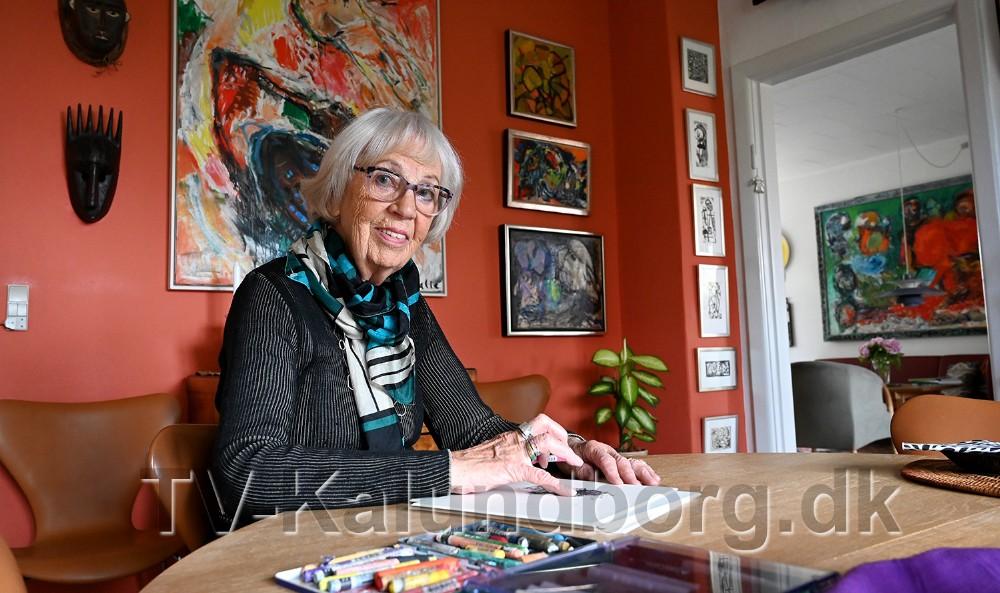 Grete Balle har altid papir og farver inden for rækkevidde til en hurtig skitse. Foto: Jens Nielsen