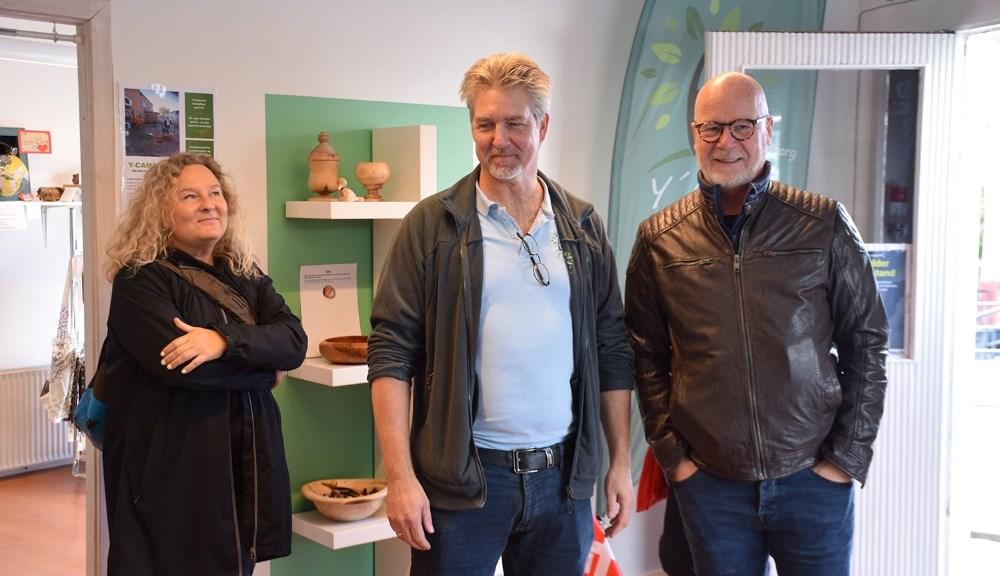 I dag åbnede den socialøkonomiske butik Thumbs Up i Cordilhus i Kordilgade i Kalundborg. Her projektleder i Y-Camp, Henrik Lykke (i midten). Foto: Gitte Korsgaard