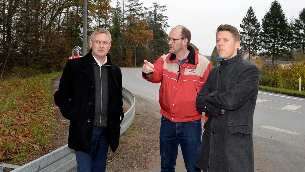Per Isaksen forklarer Jacob Jensen og Rasmus Horn Langhoff om problemerne, her ved svinget i Løgtved. Foto: Jens Nielsen
