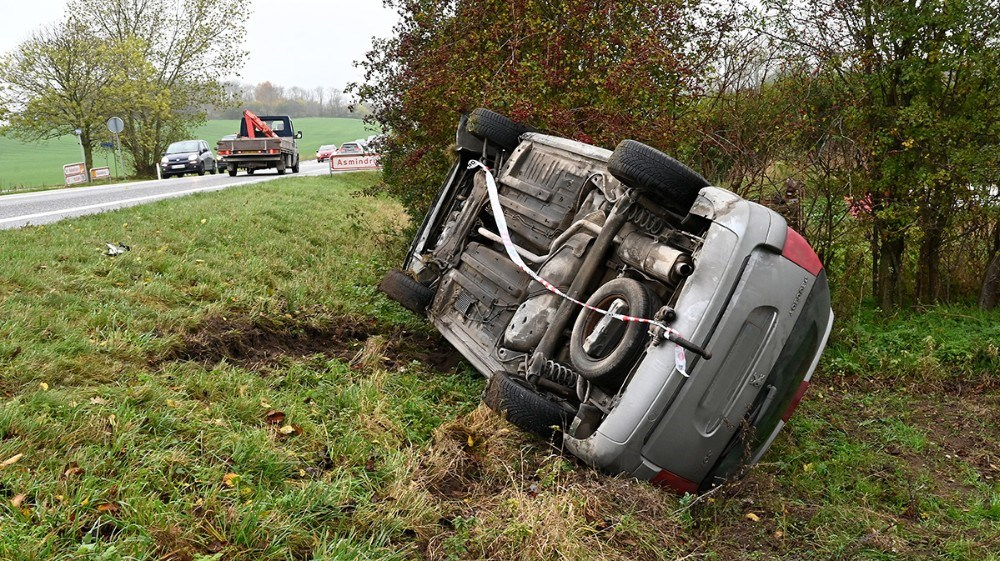En personbil endtepå siden i grøften efter et færdselsuheld. Foto: Jens Nielsen