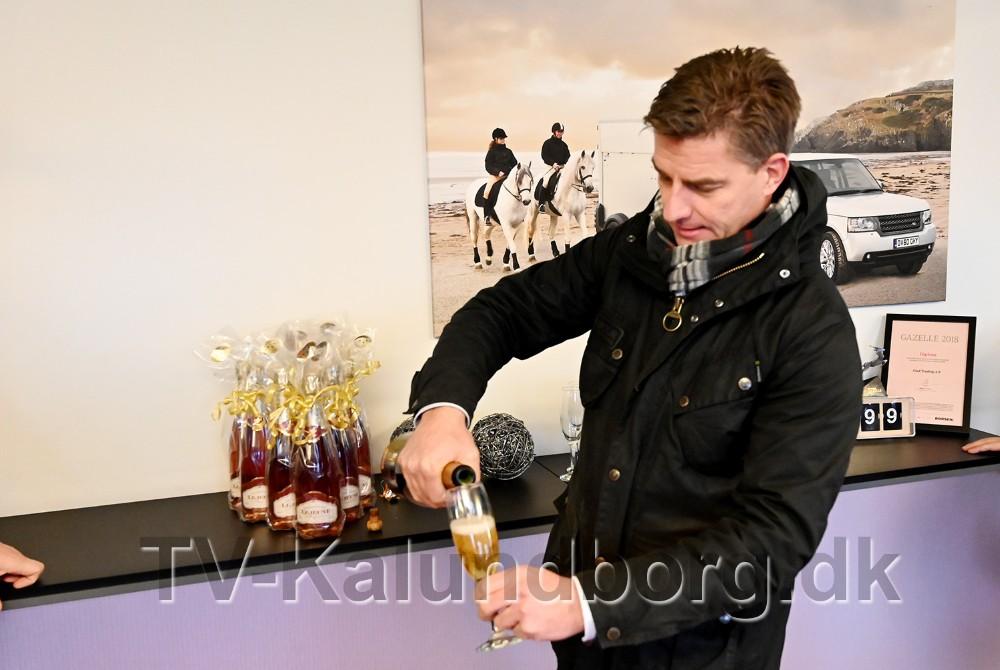 Indehaver Jacob Glad skænkede champagne op til medarbejderne. Foto: Jens Nielsen