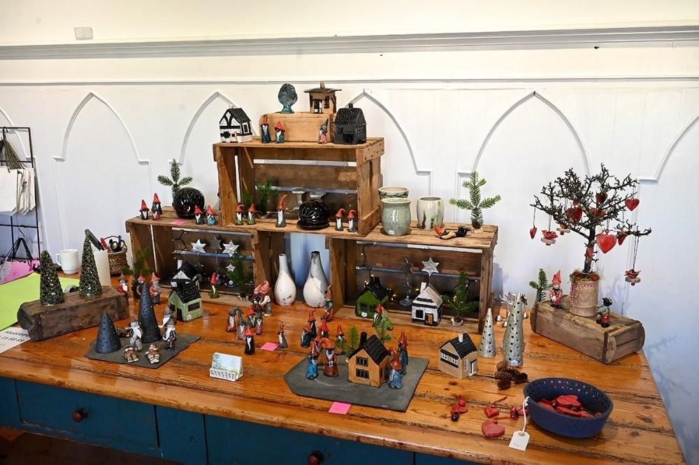 Der er også keramik, herunder nisser, at finde i stuehuset på vingården. Foto: Jens Nielsen.