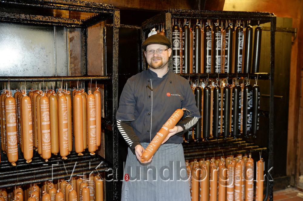 Førstemand Benjamin Hansen i forretningens røgeri. Foto: Jens Nielsen