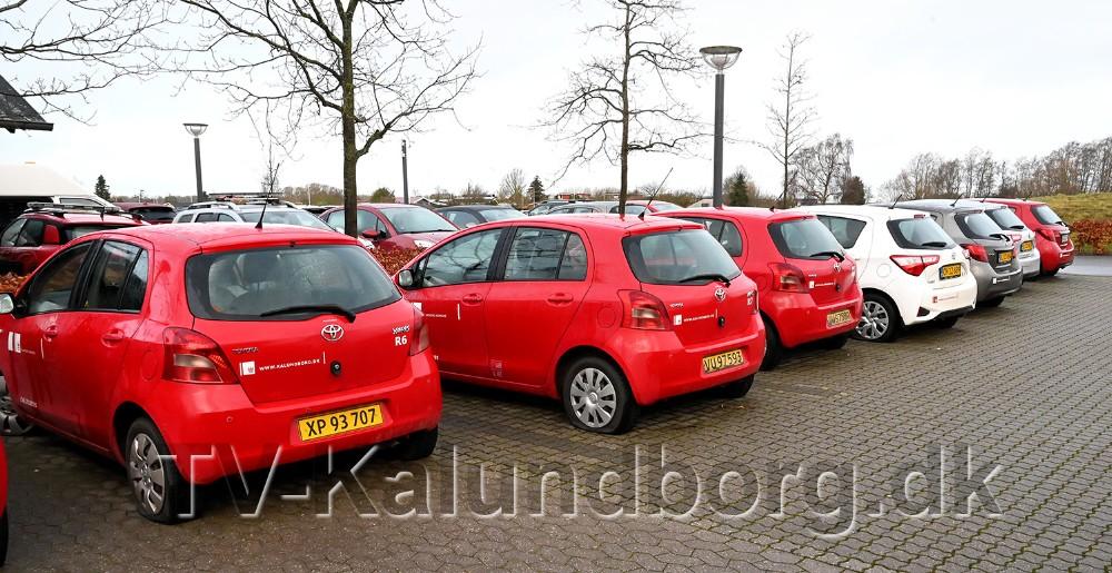 18 af Kalundborg Kommunes biler har fået punkteret alle dæk i løbet af weekenden på parkeringspladsen ved Rådhuset på Holbækvej. Foto: Jens Nielsen