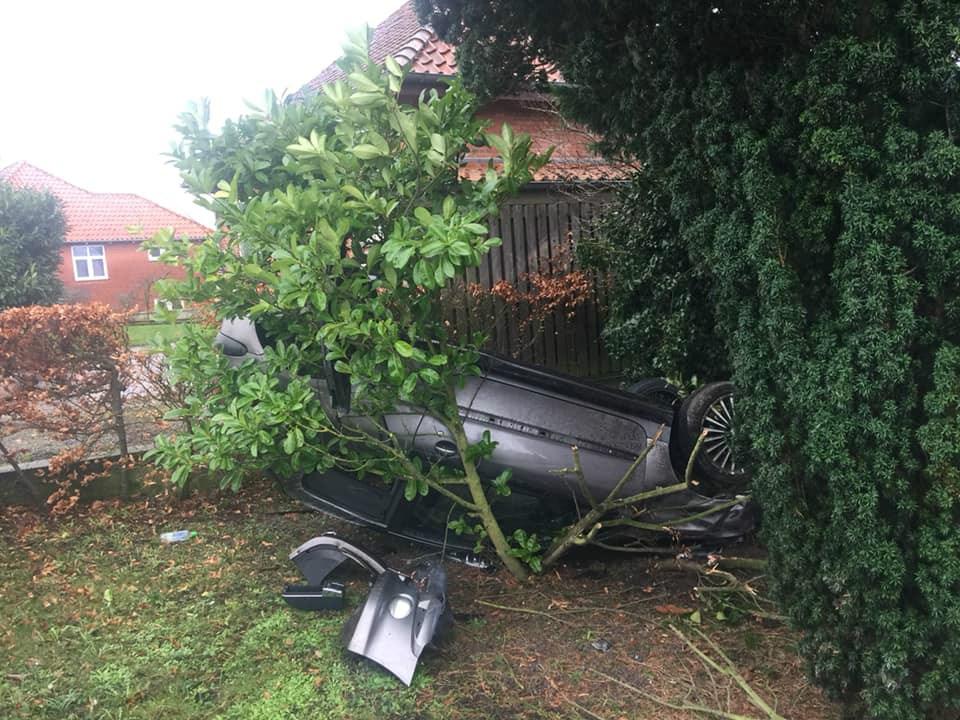 Onsdag eftermiddag endte en bilpå taget i en forhavepå Lundevej - efter at være fløjet hen over hækken. Heldigvis var der ingen hjemme, og derfor heller ingen børn i haven. Privatfoto.