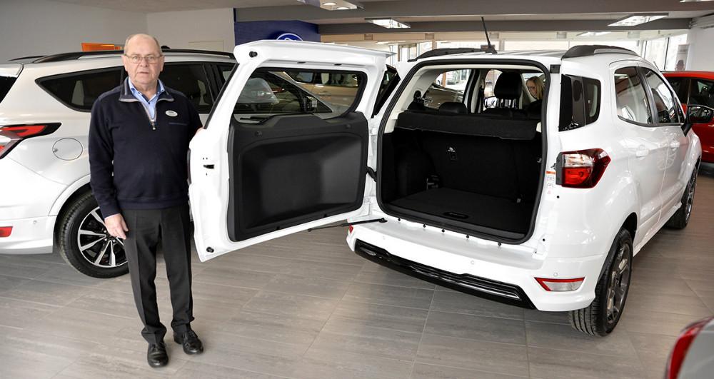 Torben Pedersen, derer Ford ansvarlig hos Hans Frederiksen A/S, viser her den lidt anderledes sidehængslet bagklap. Foto: Jens Nielsen