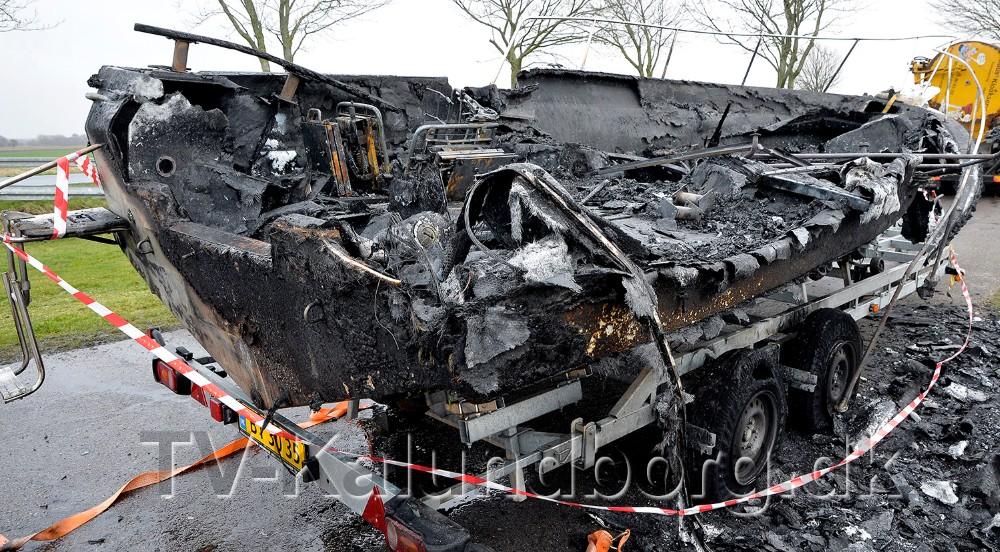 En stor speedbåd gik op i flammer tirsdag aften på en rasteplads på Bakkendrupvej. Foto: Jens Nielsen