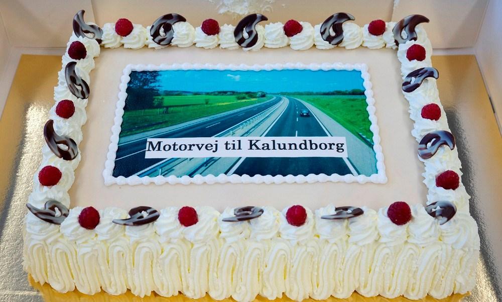 Det var Martin Damm som gav kage på rådhuset onsdag, en kæmpe lagkage med en motorvej påtrykt. Foto: Jens Nielsen