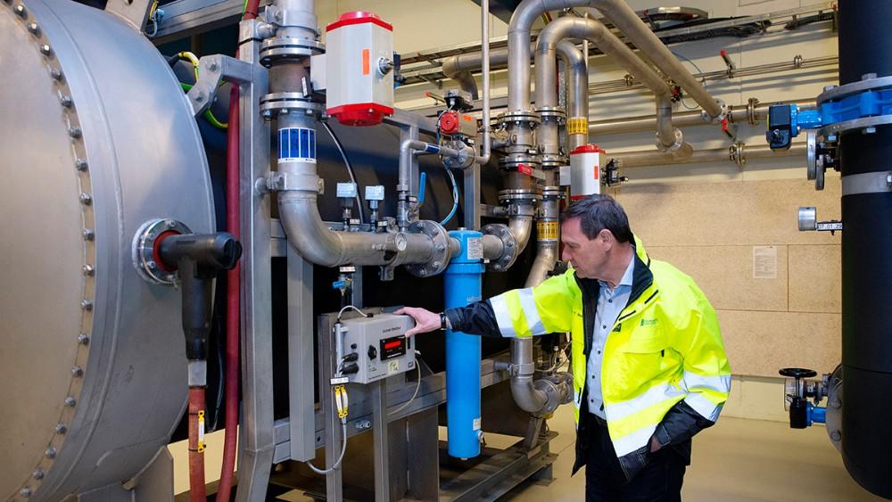 Direktør Hans-Martin Friis Møller, Kalundborg Forsyning, ved det avancerede ozonanlæg. Foto: Jens Nielsen