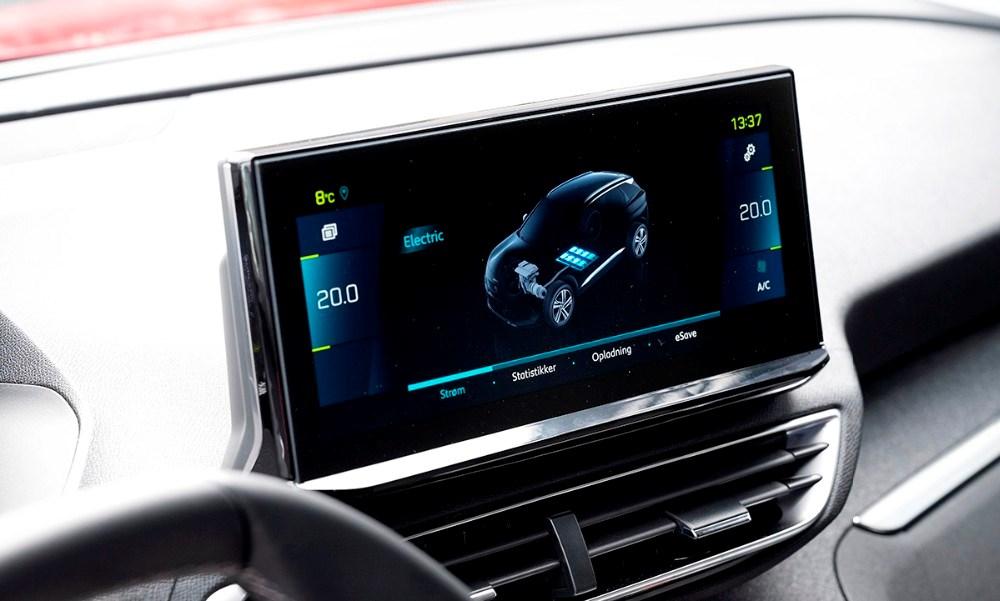 Om der kører på el eller benzin, så kan det hele følges på bilens store display. Foto: Jens Nielsen