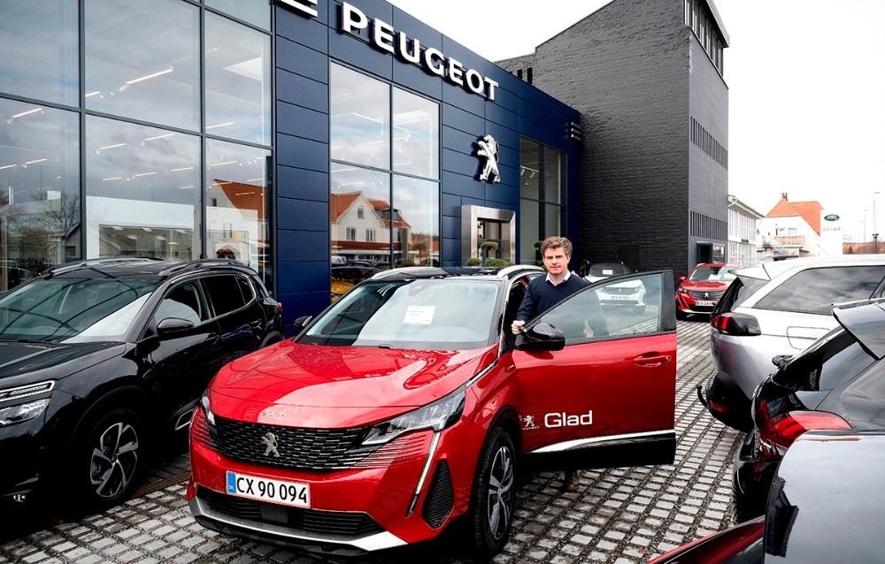 Jacob Glad ved en Peugeot 3005 plug-in hybrid. Foto: Jens Nielsen