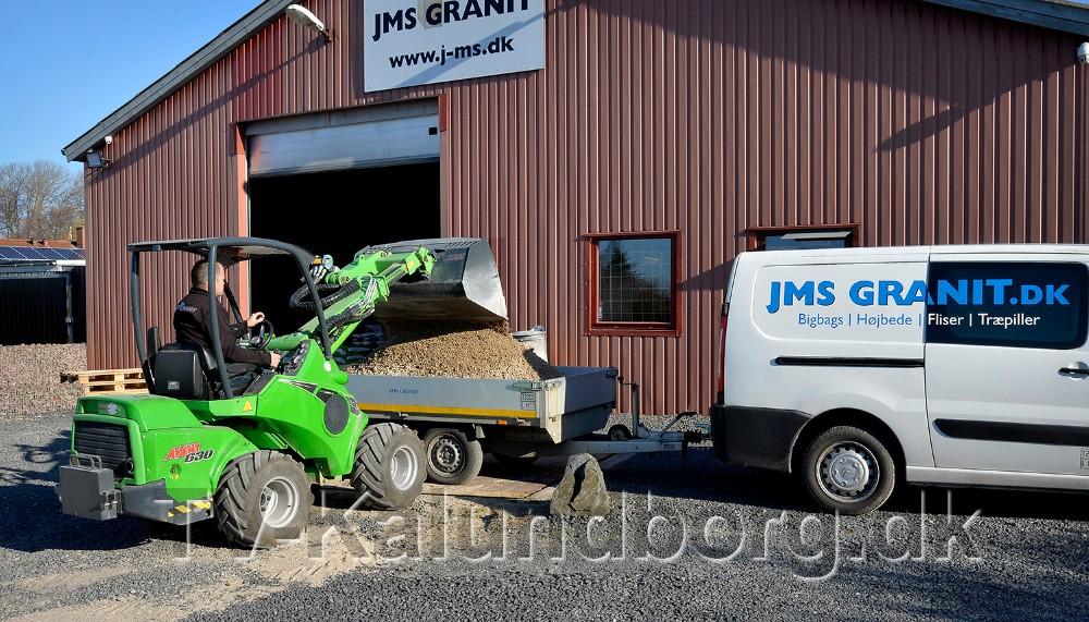 Johnny Johansson, indehaver af JMS Granit i Gørlev, læsser varerne på kundernes trailer. Foto: Jens Nielsen