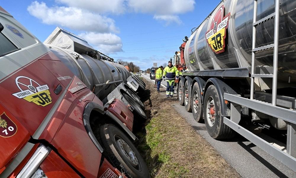 Biomassen fra tanktraileren måtte pumpes over i en anden tank før lastbilen kunne trækkes op. Foto: Jens Nielsen