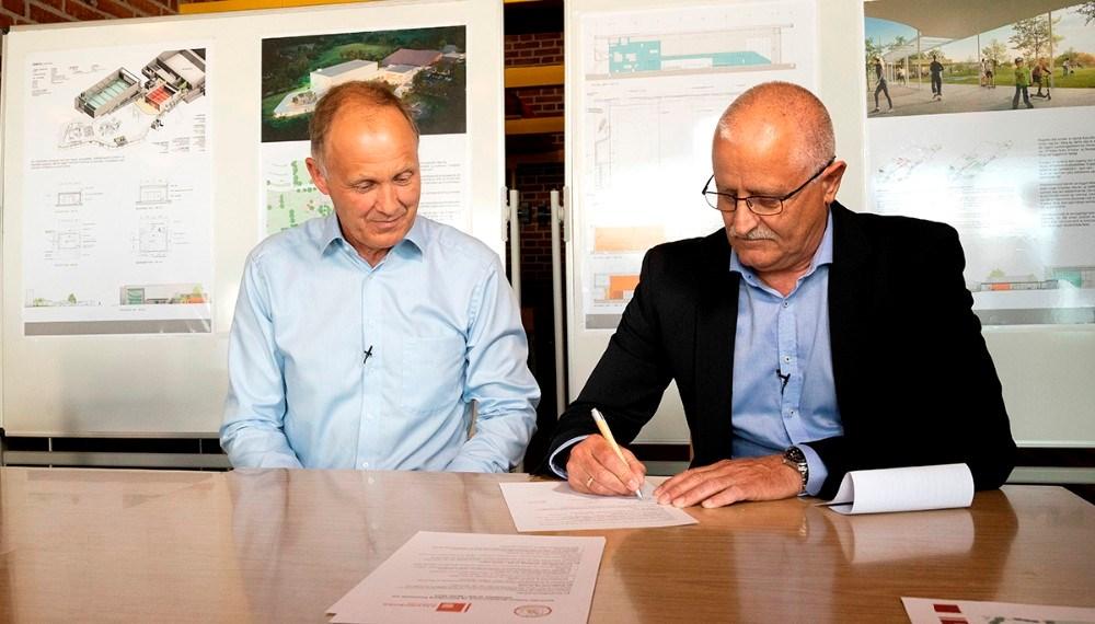 Borgmester Martin Damm, og Jesper Juul Sørensen, formand SkillsDenmark, underskriver aftalen. Foto: Jens Nielsen