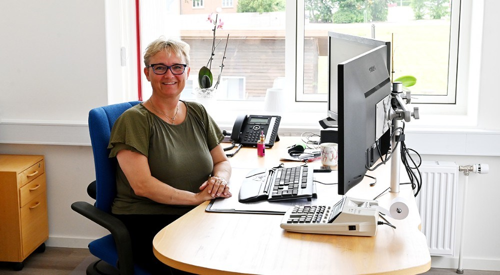 Nølle Obel bag skrivebordet i et af de lyse kontorer. Foto: Jens Nielsen