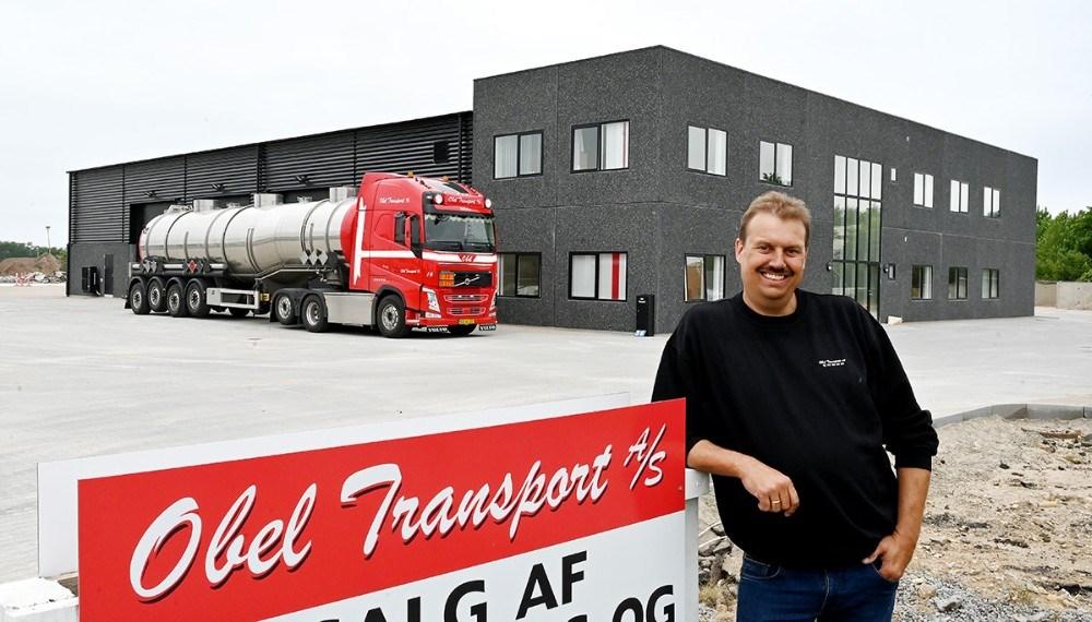 Vognmand Peter Obel foran firmaets nye domicil på Flakagervej. Foto: Jens Nielsen