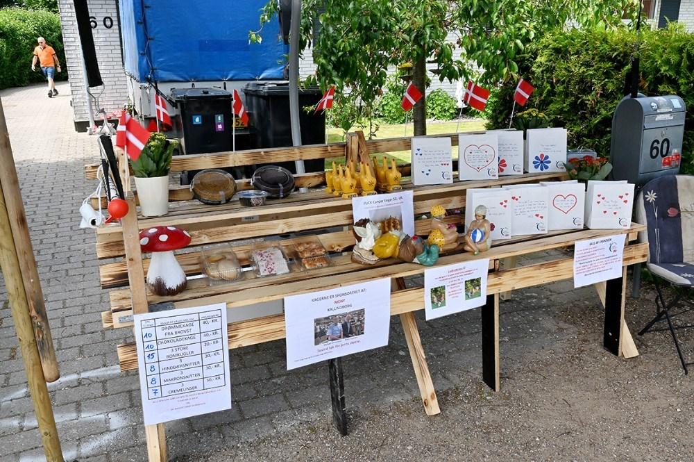 I boden på fortovet kunne der bl.a. købes kager sponseret af Meny.  Foto: Jens Nielsen