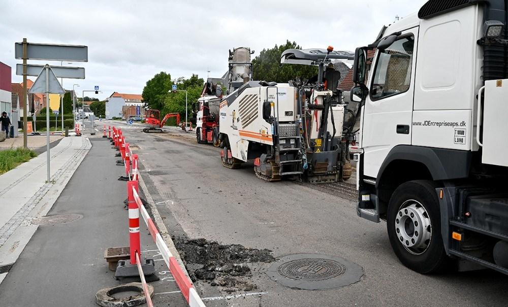 Dele af Slagelsevej i Kalundborg er spærret for kørende trafik mens vejen asfalteres. Foto: Jens Nielsen