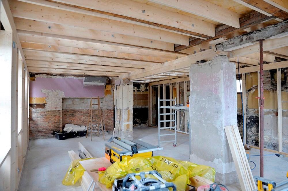 Stort set alt er revet ud af bygningen og genopbygningen er begyndt. Foto: Jens Nielsen