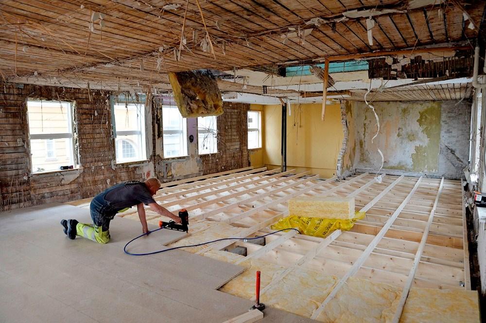 Håndværkerne er godt igang med den omfattende renovering. Foto: Jens Nielsen