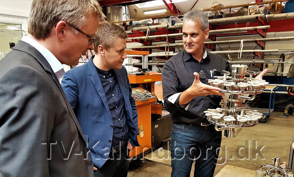 Fra venstre, Jacob Jensen (V) og Rasmus Horn Langhoff (A), sammen med afdelingsansvarlig koordinator hos HRS, Jørgen Larsen. Privatfoto