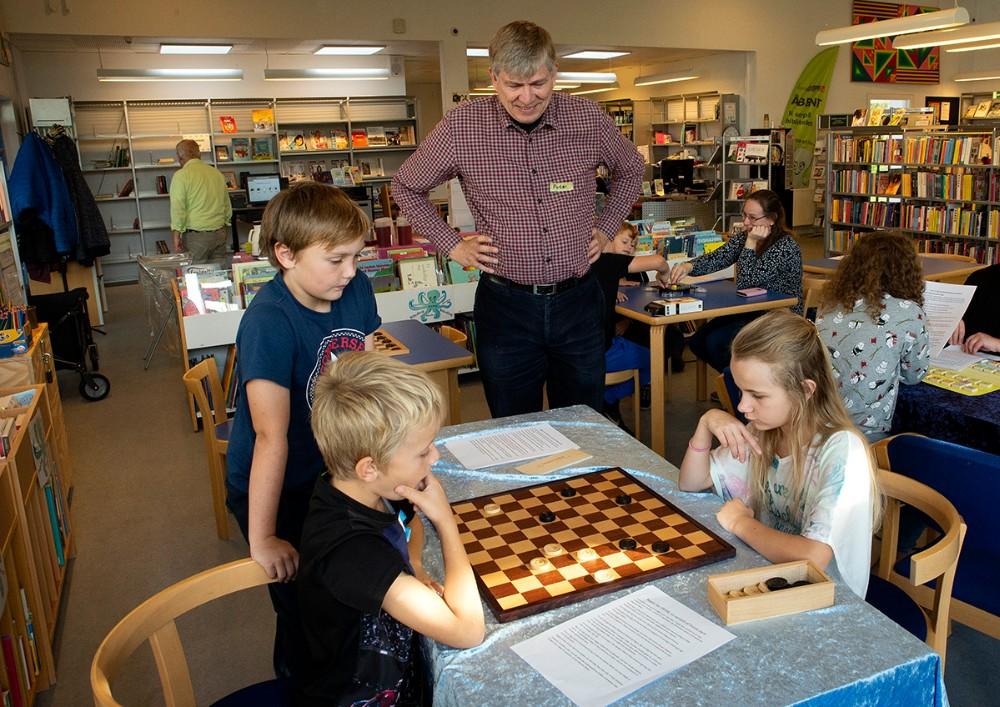Peter Michaelsen, lokal brætspilsekspert, hjalp deltagerne med reglerne. Foto: Jens Nielsen
