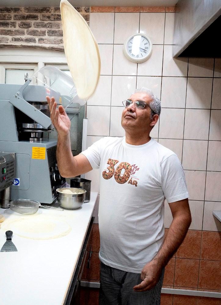 Ilhan Ergül svinger masser af pizzaer til kunderne. Foto: Jens Nielsen