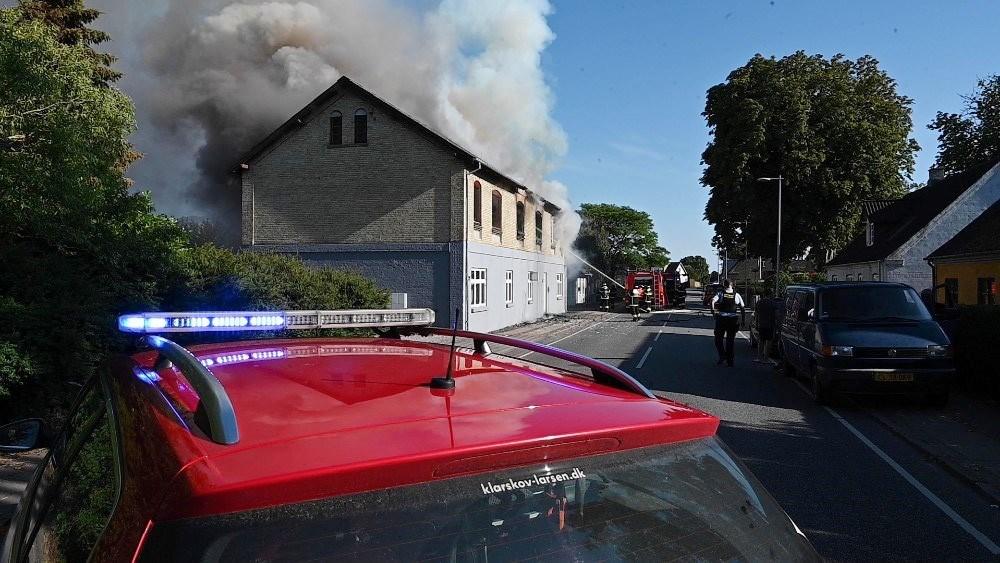Branden på Helsingevej var voldsom og kunne have kostet en kvinde livet hvis ikke to lokale var sprunget til. Foto: Jens Nielsen