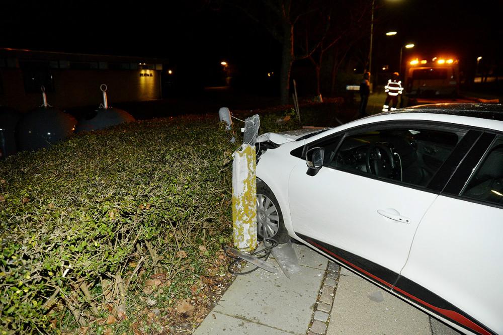 En bilist kørte sent mandag aften ind i en lygtepæl på Lundevej. Foto: Jens Nielsen