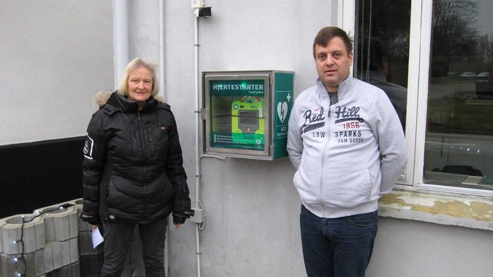 Formanden for Eskebjerg beboerforening, Anne Madsen og kørelærer Kim Borg Andersen.