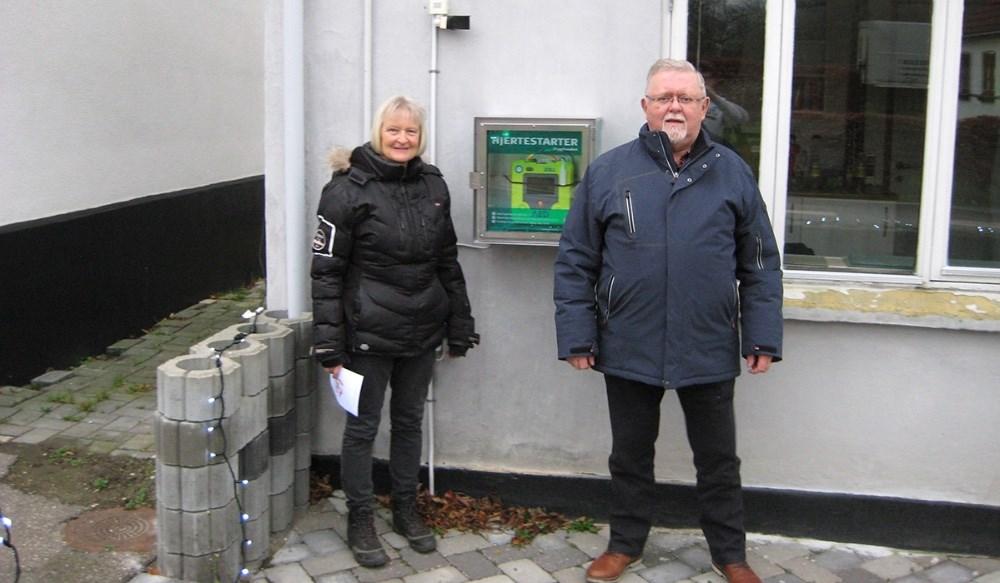 Formanden for Eskebjerg beboerforening, Anne Madsen og formanden for Kalundborg Broderlaug, Bjarne Jensen.