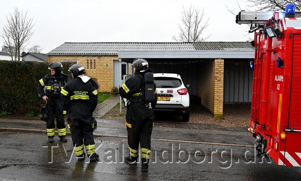 Brandvæsenet blev kaldt til brand i et rækkehus tirsdag formiddag. Foto: Jens Nielsen